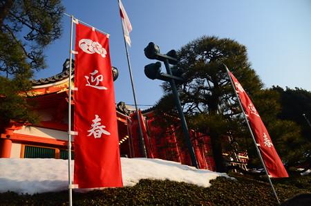 雪の残る八坂神社