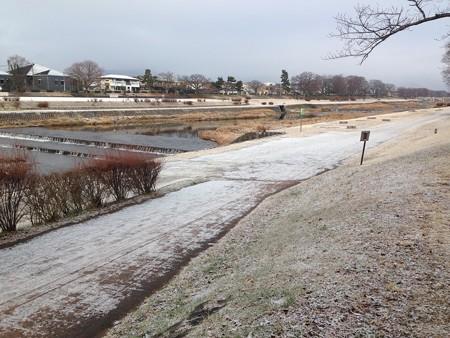 うっすら雪化粧の賀茂川