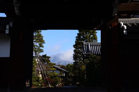 額縁門の中の雪の比叡山