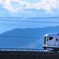 南アルプスをバックに中央線を行くE257系特急電車