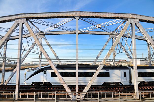 トラス橋を渡るスカイライナー