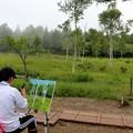 湿原風景を描く写生女性