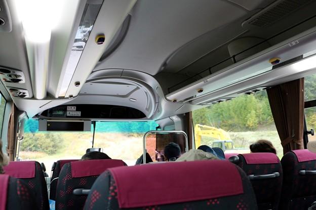 写真: 乗鞍高原観光センターより畳平行きのシャトルバス内