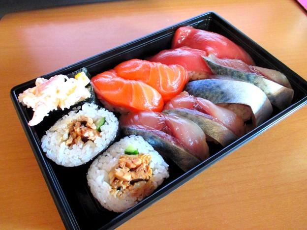 お昼はお♪す♪し♪…