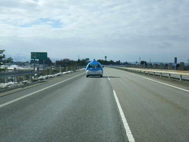 前方に、へんてこな車