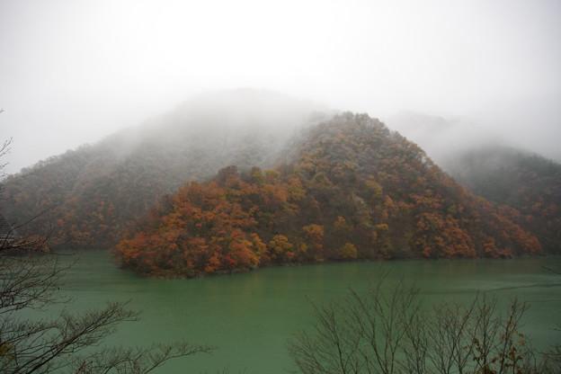紅葉と雪とダム湖