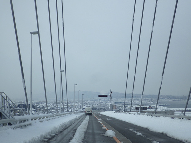写真: 積雪新湊大橋