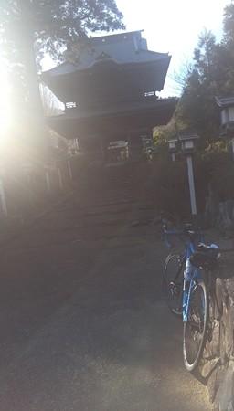 逆光だが、自転車にピントを合わせて山門を。