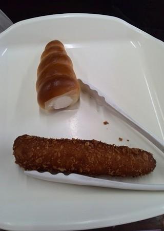 カレーソーセージパンと自家製バタークリームコロネを買って、がむしゃらに食べる。そしてお腹を満たした。