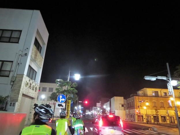 写真: 街中なのに不思議な闇の中の煙@古河宿