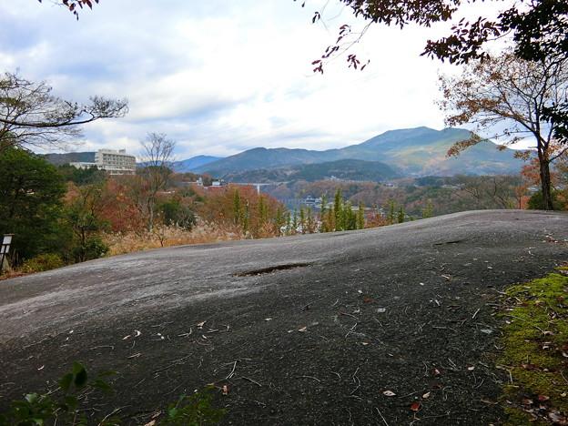 千畳敷岩とダム湖