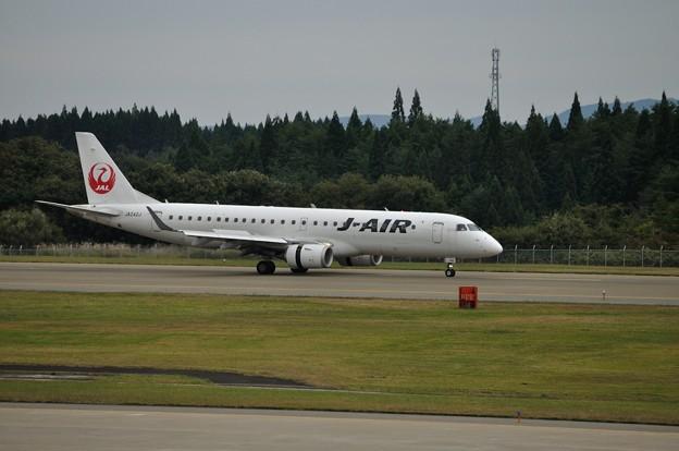 ERJ-190 秋田空港 17-10-06 15-12