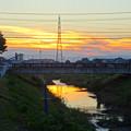 Photos: 川に反射した夕焼けと、それを見下ろす鉄塔 - 1