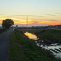 Photos: 川に反射した夕焼けと、それを見下ろす鉄塔 - 2