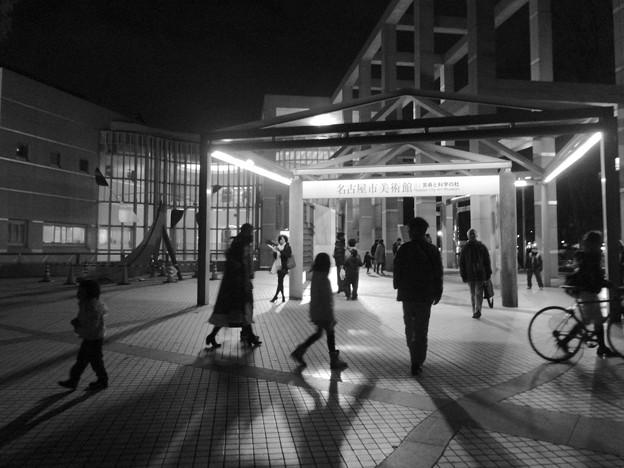 ブラザーグリーンクリスマスで賑わう名古屋市美術館前 - 3(モノクロ)