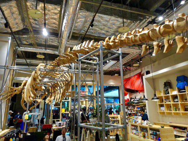 全面開業後最初の週末のグローバルゲート - 14:1階のアウトドアショップの鯨の骨型のオブジェ