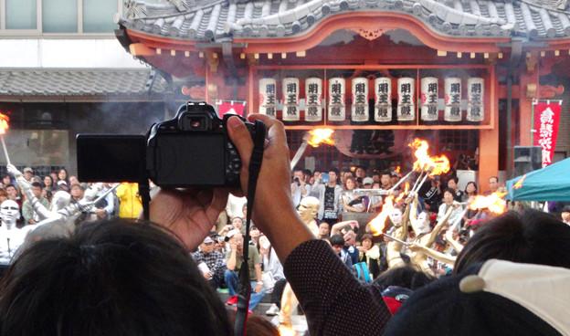 大須大道町人祭 2017 No - 32:今年も大勢の人が見に来ていた、大光院の大駱駝艦の金粉ショー.