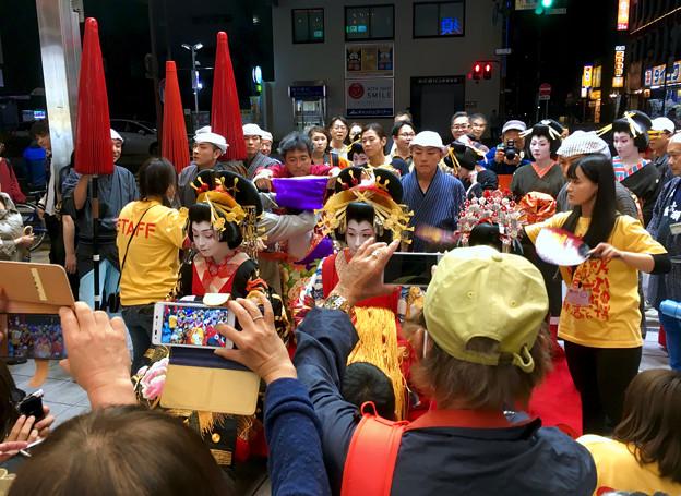 大須大道町人祭 2017 No - 82:夜のおいらん道中(休憩中)