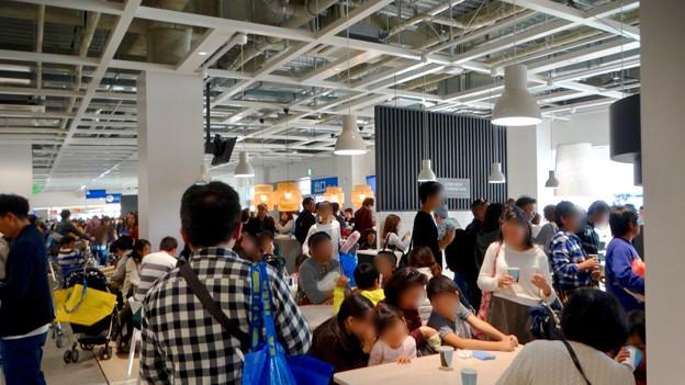 写真: オープン1ヶ月後でも大勢の人で賑わう「IKEA長久手」 - 22:1階のカフェ