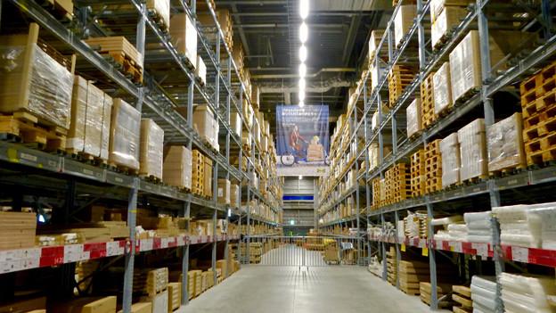 写真: オープン1ヶ月後でも大勢の人で賑わう「IKEA長久手」 - 35:巨大な棚がある1階の倉庫兼ショールーム