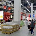 写真: オープン1ヶ月後でも大勢の人で賑わう「IKEA長久手」 - 37:巨大な棚がある1階の倉庫兼ショールーム