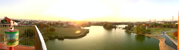 写真: 落合公園 水の塔から見た、夕暮れ時の秋の落合公園(パノラマ) - 3