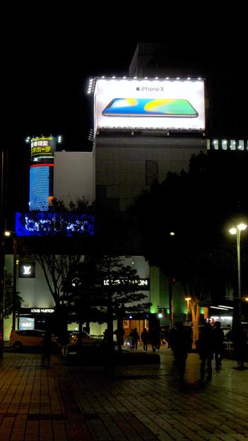 久屋大通沿いの目立つ「iPhone X」の広告(夜) - 4