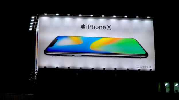 久屋大通沿いの目立つ「iPhone X」の広告(夜) - 5
