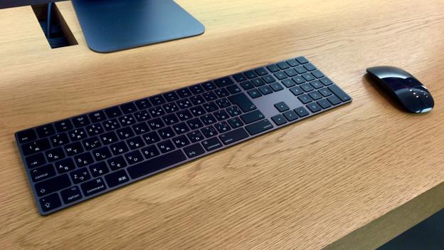 Appleストア名古屋栄に展示されてた「iMac Pro」 - 5:黒いMagic KeyboardとMagic Mouse