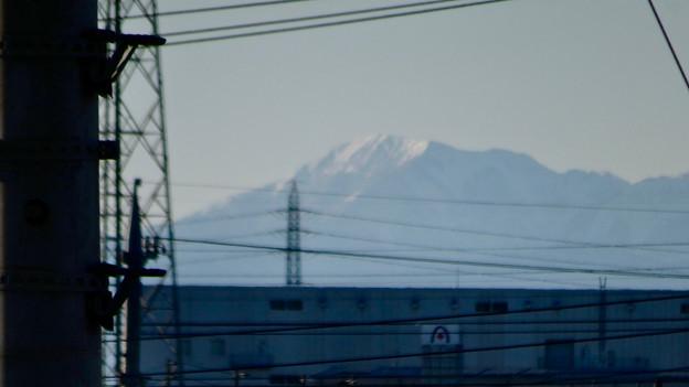 小牧原駅のホームから見えた、雪を戴く伊吹山