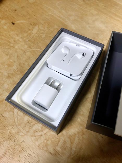 iPhone 8の箱と内容物 - 3
