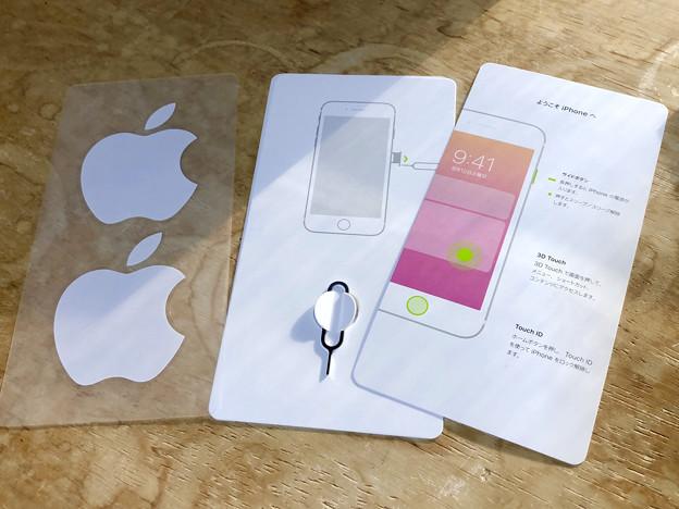 iPhone 8の箱と内容物 - 8:いつものシールと簡易説明書ほか