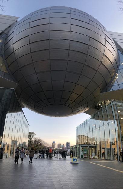 真下から見上げた名古屋市科学館ブラザーアース(縦パノラマ)