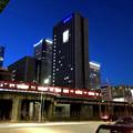 写真: 名駅通沿いから見上げた夜の愛知大学名古屋校舎の建物