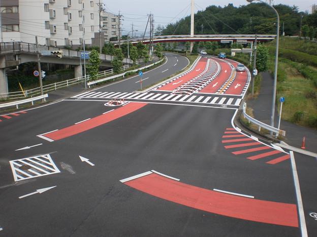 道路に赤い塗装(桃花台センター交差点)