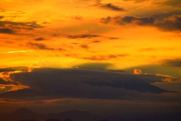 雲がまとわりつく湘南・鵠沼海岸からの富士山 #湘南 #藤沢 #海 #波 #wave #surfing #mysky #fujisan #mtfuji #富士山