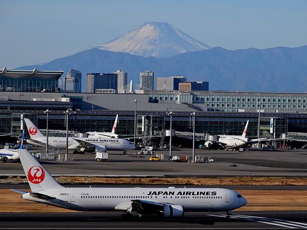 日航機と富士山@羽田空港 #haneda #羽田空港 #羽田 #tokyo #airport #富士山 #mtfuji #富士山