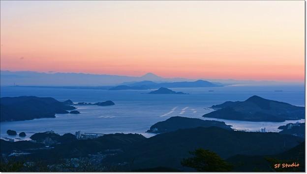 写真: 夜明けの富士山