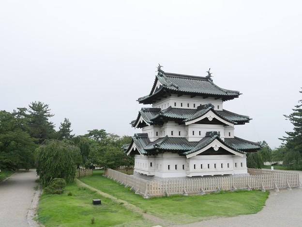 曳屋後の弘前城天守閣