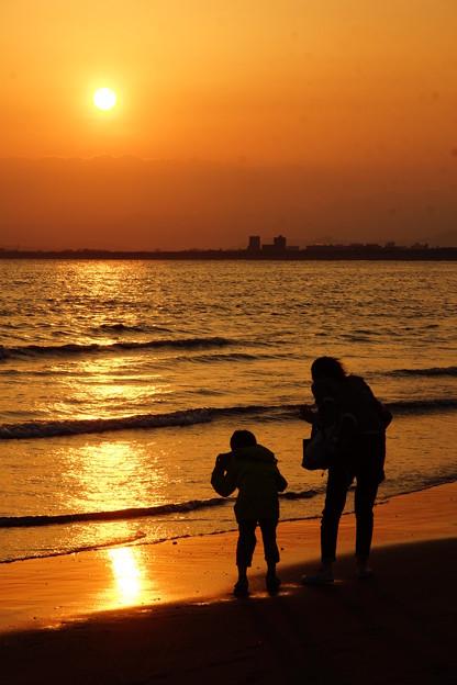 写真: 夕日の浜辺