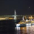 写真: 観光船とベイブリッジ