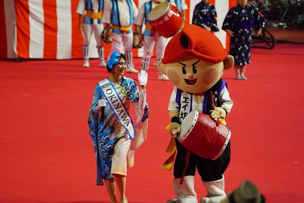 写真: エイ坊とミス沖縄