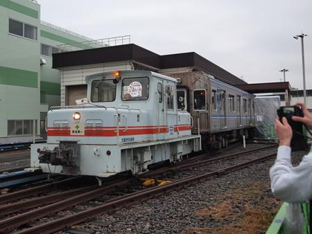 機関車による大阪市営地下鉄20系の牽引 緑木検車場02