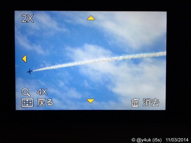 Photos: コンデジ画面のブルーインパルス~頭上通過