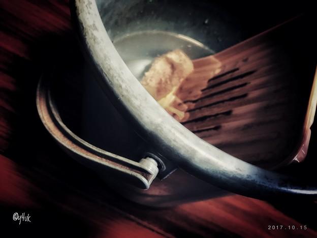 写真: バケツに水汲んで部屋まで持ち上げストーブ掃除
