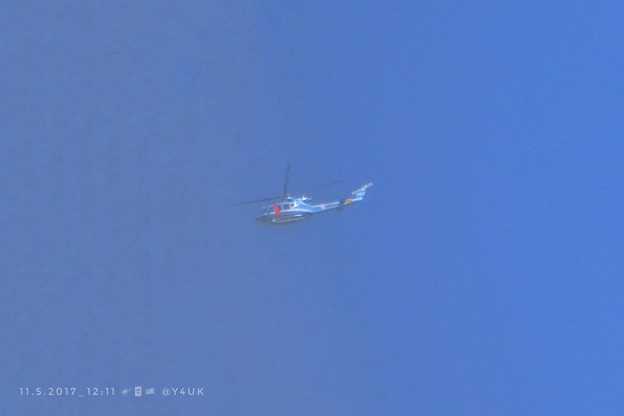 写真: 11.5お昼トランプ来日!横田基地から川越ゴルフへ米ヘリで~上空ヘリだらけ~これ県警~青空に青いヘリコプター【臨時緊急UP】