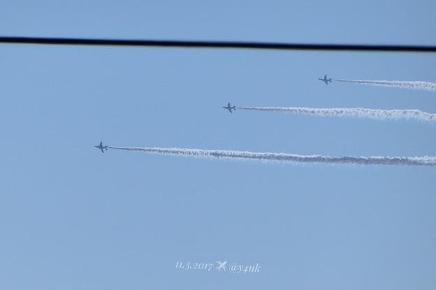写真: 13:59ブルーインパルス電線と一直線~straight cable Blue Impulse