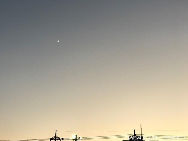 16:50 sunset crescent ~57mm F2.8 iPhone7Plusで三日月ってわかる
