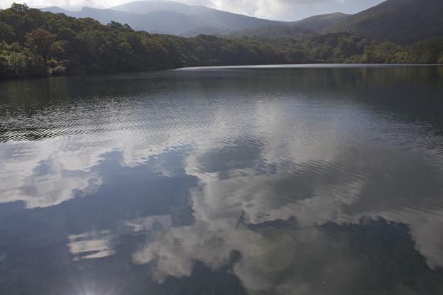 写真: 天空に浮かぶ池