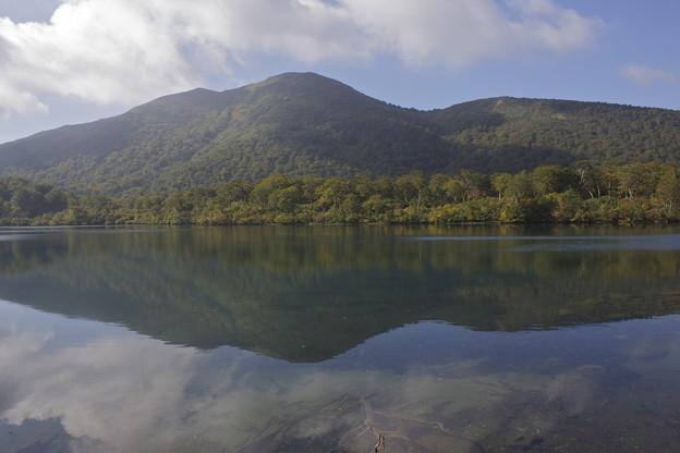写真: 山上の小さな湖
